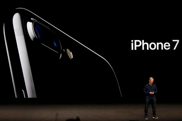 tim-cook-discusses-the-iphone-7-during-an-apple-media-event-in-san-francisco